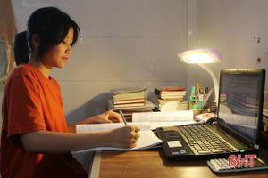 Bài thi 17 trang viết giúp nữ sinh thủ khoa môn Văn, Trường THPT Chuyên Hà Tĩnh