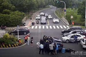 Hàng chục người nâng xe ô tô giải cứu người đàn ông bị mắc kẹt dưới gầm xe