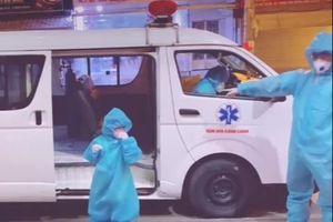 Bé gái 5 tuổi ở TP.HCM một mình đi điều trị Covid-19