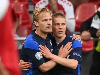 Joel Pohjanpalo tri ân Christian Eriksen sau khi ghi bàn giúp tuyển Phần Lan thắng Đan Mạch 1-0 ở vòng bảng Euro 2020 rạng sáng 13/6 (giờ Hà Nội).
