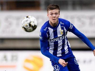 Emil Holm thực hiện quả đá phạt khó tin cho Sonderjyske khi tập trung lấy đà rồi tung cú sút mạnh khiến bóng bay ra ngoài sân vận động chiều 27/7.