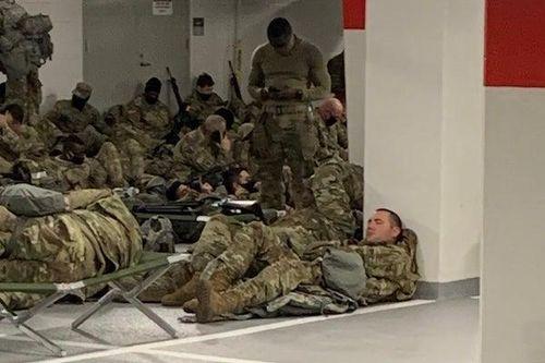 Vệ binh quốc gia Mỹ nằm ngủ trong hầm để xe của tòa nhà Quốc hội sau khi  kết thúc nhiệm vụ - Tạp chí Đời Sống & Pháp Luật