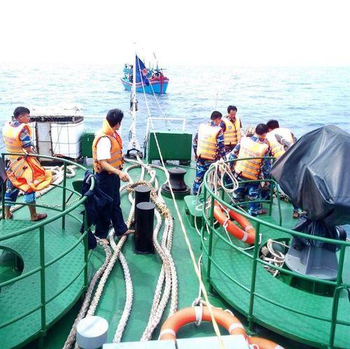 Cảnh sát biển điều tàu cứu 6 ngư dân Quảng Ngãi trôi dạt 14 ngày trên biển