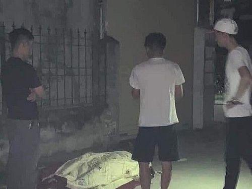 Hải Phòng: Lấy xe bò kéo xác 'bạn nghiện' ra đường