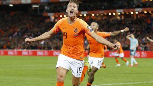 Ngược dòng thắng nghẹt thở Bắc Ireland, Hà Lan chiếm ngôi đầu bảng