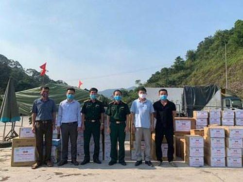 Trao tặng vật tư y tế cho 5 tỉnh nước bạn Lào phòng, chống dịch Covid-19