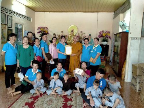Thăm, tặng quà trẻ em ở mái ấm Hồng Quang