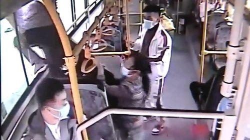 Pha trộm tiền và tẩu thoát qua cửa sổ xe buýt nhanh như chớp