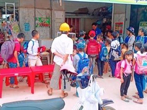 Vợ chồng thầy giáo Giàu lòng thơm thảo với học trò nghèo