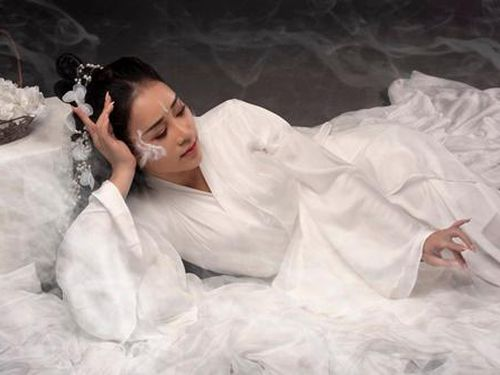 VỢ NSUT VIỆT HOÀN TUNG MV MỚI ĐẬM MÀU SẮC CỔ TRANG
