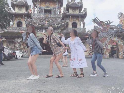 Mặc váy ngắn cũn cỡn đi chùa, nhóm bạn trẻ khiến dân mạng 'nóng mắt'