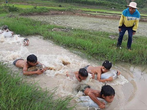 3 thanh niên ngăn suối dạy bơi cho các em nhỏ