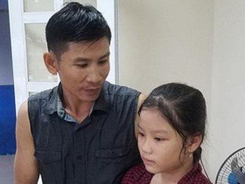 Bé gái quỳ gối nhờ người cứu cha khỏi dòng nước xiết