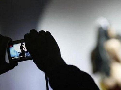 Đối tượng U70 dùng clip 'nóng' ép người tình quan hệ và tống tiền