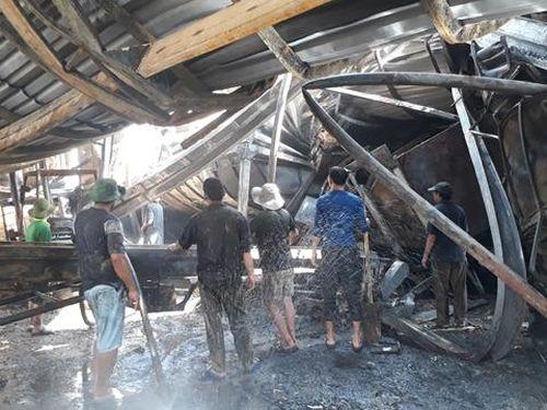 Cháy nhà máy củi trấu, 1 công nhân bị bỏng nặng