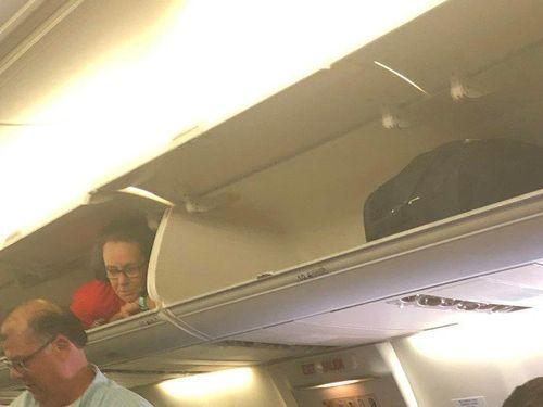 Lạ đời tiếp viên hàng không chui vào cabin, thò đầu chào khách