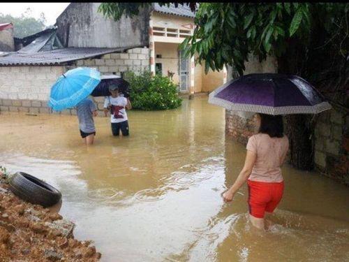 Nước sông Kỳ Cùng dâng cao, ngập khắp đường làng ngõ xóm ở Lạng Sơn sau bão số 3
