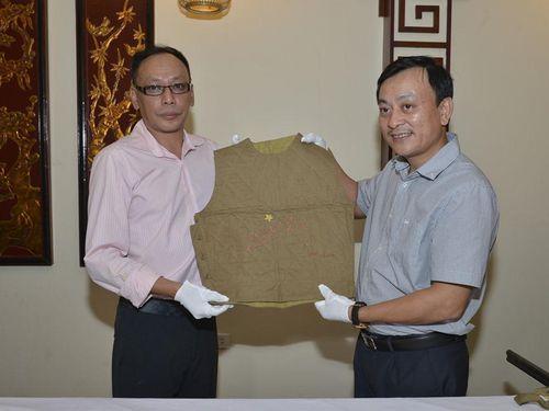 Hiến tặng kỷ vật quý của dòng họ Vương cho Bảo tàng Hồ Chí Minh