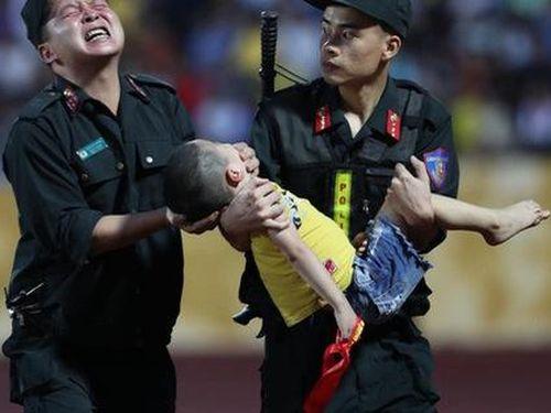 Cảnh sát cứu trẻ bị co giật trên sân vận động: Người mẹ lên tiếng