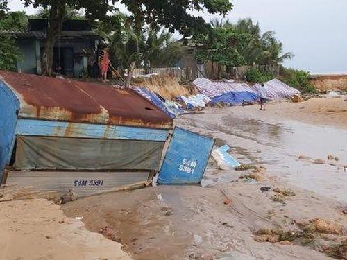 Nước 'lũ' rút, nhiều nhà dân ở Phú Quốc tan hoang