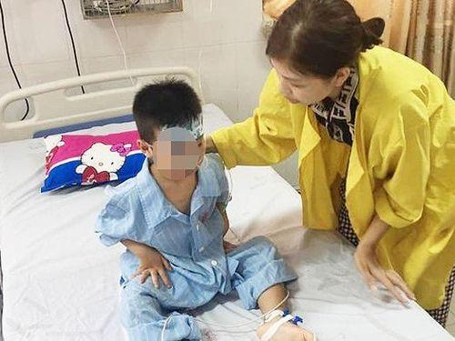 Nghệ An: Bé trai 5 tuổi trượt chân rơi xuống giếng sâu 8m