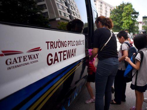 Nhiều xe không phép đưa đón học sinh trường Gateway
