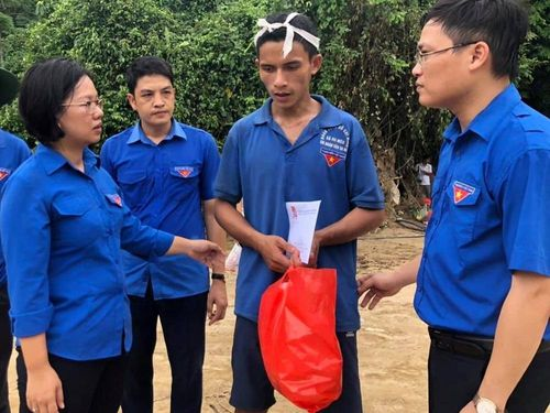Cứu người trong mưa lũ, hai bạn trẻ được trao huy hiệu 'Tuổi trẻ dũng cảm'
