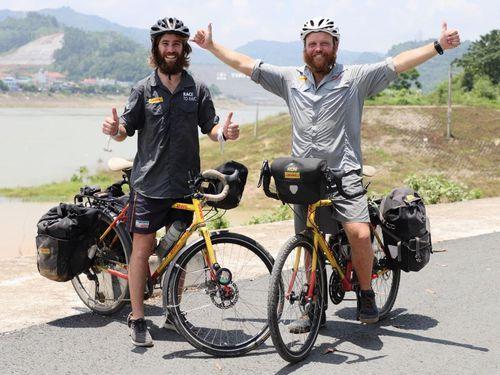 Hai người đàn ông đạp xe hơn 20.000km để gây quỹ hỗ trợ trẻ em