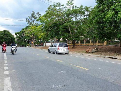 Cô gái tử vong vì vướng phải dây điện giữa đường: Trách nhiệm thuộc về ai?