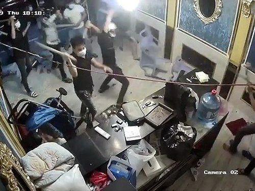 Hàng chục côn đồ ngang nhiên đập phá một nhà hàng ở TP.HCM