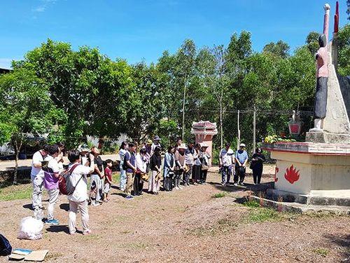 Quỹ hòa bình Hàn- Việt và Hội Nhà văn JeJu (Hàn Quốc): Tặng 88 suất học bổng cho học sinh, sinh viên xã Bình Hòa
