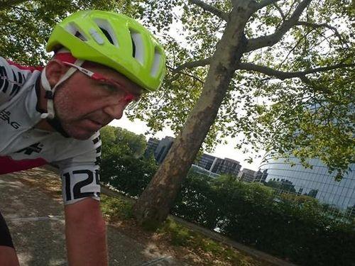 Lập kỷ lục đạp xe qua 16 nước trong sáu ngày