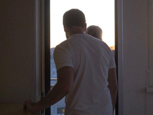 Mải 'tình tứ' ở ban công khách sạn, du khách rơi từ độ cao 4 m