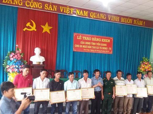 Tiền Giang: 9 ngư dân dũng cảm cứu ngư dân nước bạn gặp nạn được tặng Bằng khen