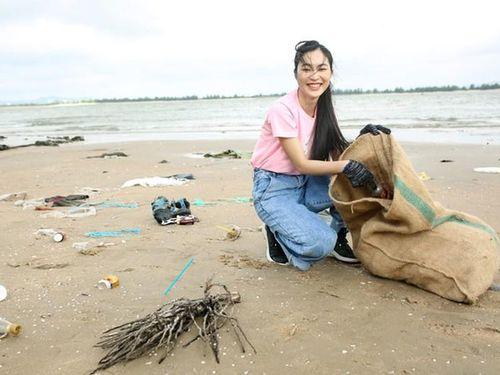 Bất ngờ hình ảnh giản dị của hot girl Helly Tống đội nắng gió nhặt rác ở bãi biển