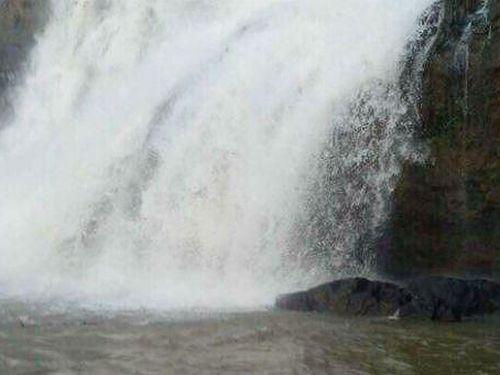 Tìm thấy thi thể 3 nam thanh niên tắm thác ở Gia Lai