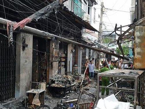 Bình gas rơi ra đường phát nổ, dãy ki ốt cháy thành tro