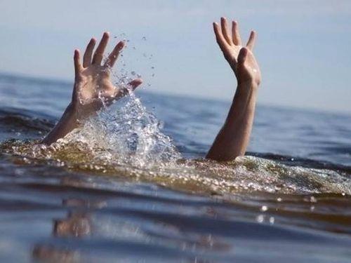 Cha bất cẩn, con trai bị bệnh thần kinh rơi xuống sông tử vong