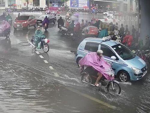 Hà Nội: Người đi đường thót tim vì những đợt sấm nổ trong trận mưa lớn