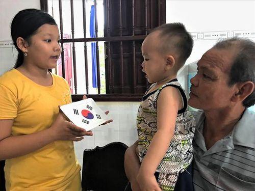 Choáng với 'thần đồng' 2 tuổi ở Hậu Giang đọc báo và phát âm tiếng Anh vanh vách