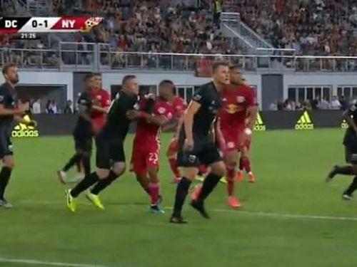 VAR 'bắt dính' Wayne Rooney đánh nguội đối thủ