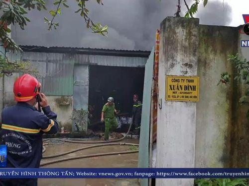 Cháy lớn 3 xưởng sản xuất tại TP Hồ Chí Minh
