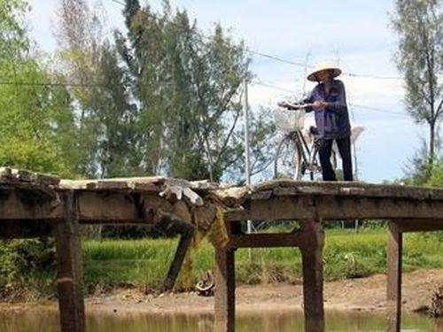 Người dân thấp thỏm qua cầu đã xuống cấp nghiêm trọng