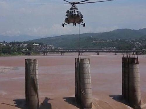 'Choáng' cảnh trực thăng quân sự Ấn Độ giải cứu người mắc kẹt trong lũ dữ