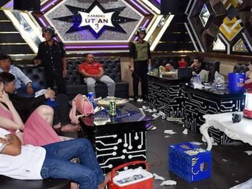 Hàng chục nam, nữ thanh niên tụ tập trong quán karaoke để dùng ma túy