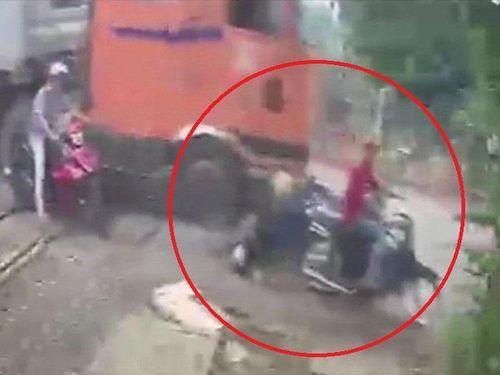 Xe container tông hàng loạt xe máy ở Đồng Nai