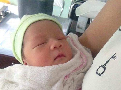 Bé gái sơ sinh 3 ngày tuổi bị bỏ rơi bên vệ đường ở Hải Phòng