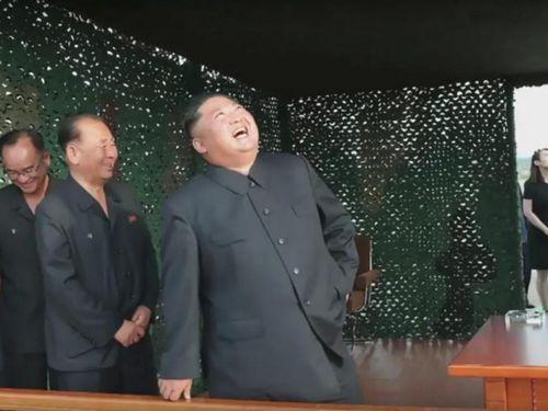 Em gái ông Kim Jong Un lần đầu xuất hiện tại bãi thử vũ khí