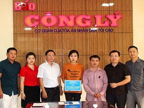 Báo Công lý trao quà cho nữ sinh có hoàn cảnh đặc biệt khó khăn ở Hà Tĩnh
