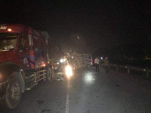 Hưng Yên: Xe 16 chỗ va chạm với xe container, 16 người bị thương